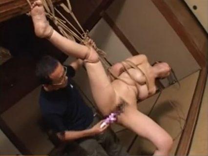 片足吊りされた美女が丸出しのマンコをバイブでガン突きされるwww 画像