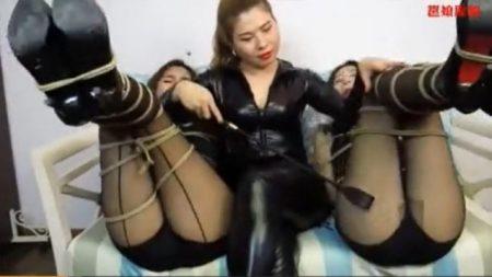 レズ女に拘束された美女が無防備な尻をスパンキングされマンコをローターで甚振られるwww 画像