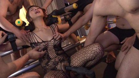 尾上若葉 地下室に両手両足を拘束された女が中出し輪姦レイプされる動画 画像