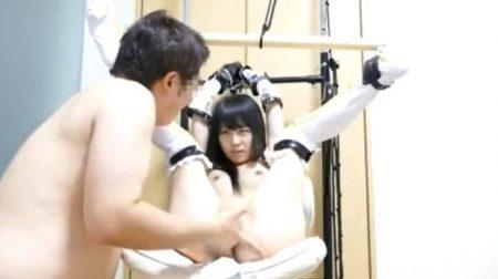 マングリ拘束されたコスプレ美少女が丸出しのマンコを執拗に手マンされるwww 画像
