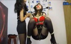 女王様に宙吊り拘束された美女が顔パンストでブサイク顔にされながらスパンキングされるwww 画像