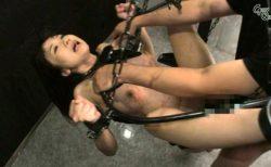 大槻ひびき 宙吊り鉄管拘束された美女が無防備なマンコを犯される動画 画像
