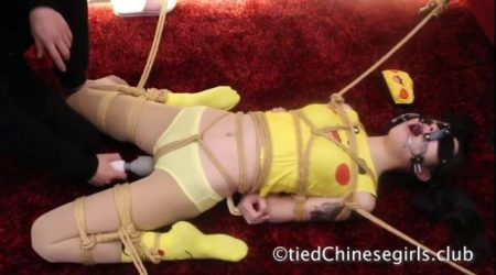 ピカチュウのコスプレした美少女が目隠し拘束されてマンコを電マ責めされちゃうwww 画像
