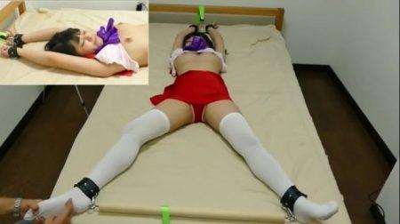ベッドに拘束された美少女コスプレイヤーが足裏をくすぐられて悶絶しちゃうwww 画像