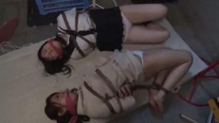 体育倉庫で緊縛された女子校生と教師がパンチラしながら悶え苦しむwww 画像