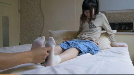 ロリ美少女が足の裏フェチおじさんに足裏をくすぐられて悶絶しちゃうwww 画像