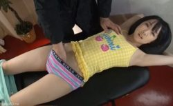 青木りん 変態オヤジに拘束されたロリ美少女がローションマッサージされて感じちゃう動画 画像