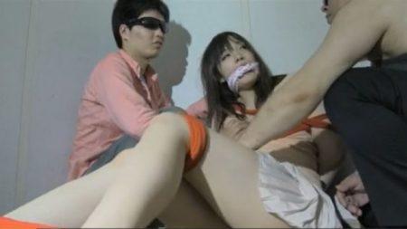 人身売人が緊縛した女子大生の豊満な体を揉みしだいちゃうwww 画像