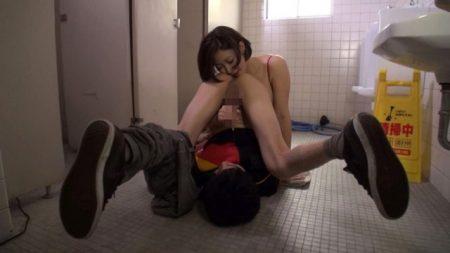 水野朝陽 アナル舐め中毒女がトイレで用を足していた男の肛門を嗅いで舐めちゃう動画 画像