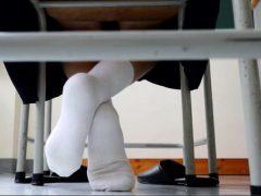 純朴な女子校生が足の裏フェチおじさんに足裏をくすぐられて悶絶しちゃうwww 画像