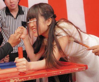 くすぐり我慢腕相撲に負けた素人娘がその場で即エッチの罰ゲーム動画 画像