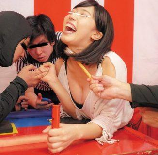 くすぐり我慢腕相撲に負けた素人娘が即エッチの罰ゲームで輪姦される動画 画像