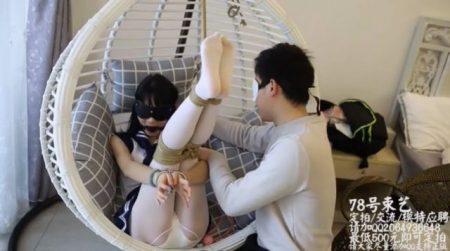 恥ずかしいマングリポーズで緊縛されたセーラー服少女が足裏を擽られて悶え苦しむwww 画像