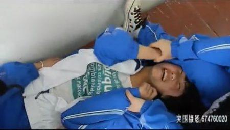 友達に羽交い締めにされた女子校生が体中を擽られてぐったりしちゃうwww 画像