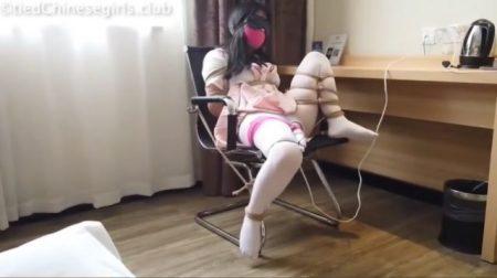 目隠し緊縛された制服少女がマンコに固定電マで放置されちゃうwww 画像