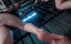 投獄された囚人が美人看守に蒸れた足を舐めさせられてお仕置きされちゃうwww 画像