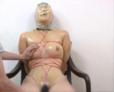 ラバースーツで緊縛された美女が窒息責めされながらマンコを電マで甚振られるwww 画像