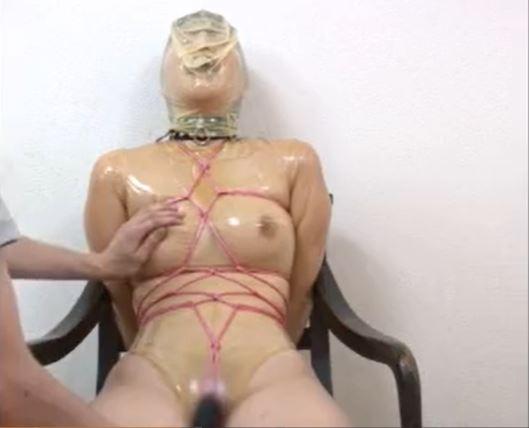 ラバースーツで緊縛された美女が窒息責めされながらマンコを電マで甚振られるwww