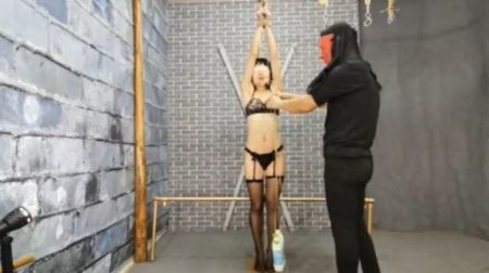 目隠し拘束された美少女が覆面男に吊り上げられて悶え苦しむwww 画像
