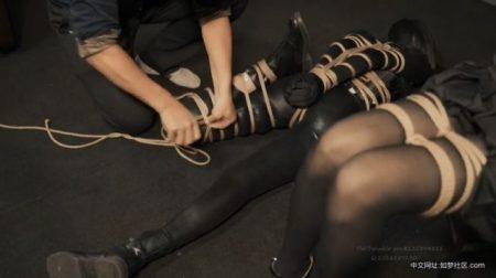 美少女2人組がガチガチに緊縛されて恥ずかしい格好を写真に撮られちゃうwww 画像