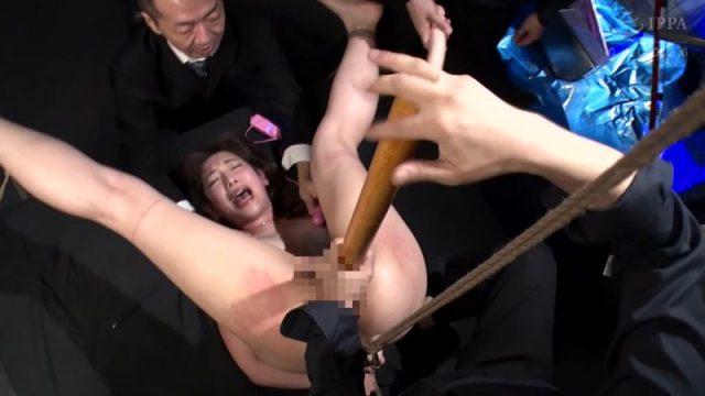 藍川美夏 マングリ拘束された人妻が丸出しマンコに極太ディルドを突っ込まれる動画