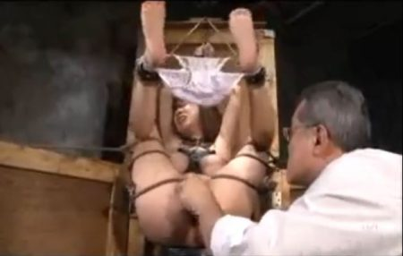 マングリ拘束された美少女が大量浣腸されて激しいバイブ責めに糞汁漏らしちゃうwww 画像