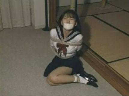ウブなセーラー服女子校生が緊縛されて放置プレイに悶え苦しむwww 画像