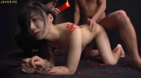 拘束された美少女が蝋燭責めされながらバックからマンコをガン突きされちゃうwww 画像