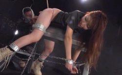 囚われた女工作員が拘束されて拷問器具にかけられ被虐に悶える動画 画像