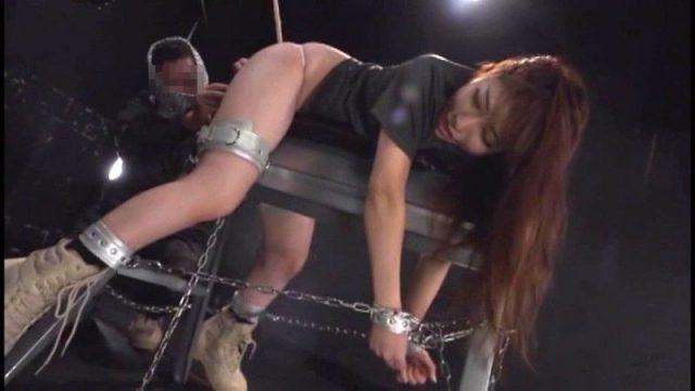囚われた女工作員が拘束されて拷問器具にかけられ被虐に悶える動画