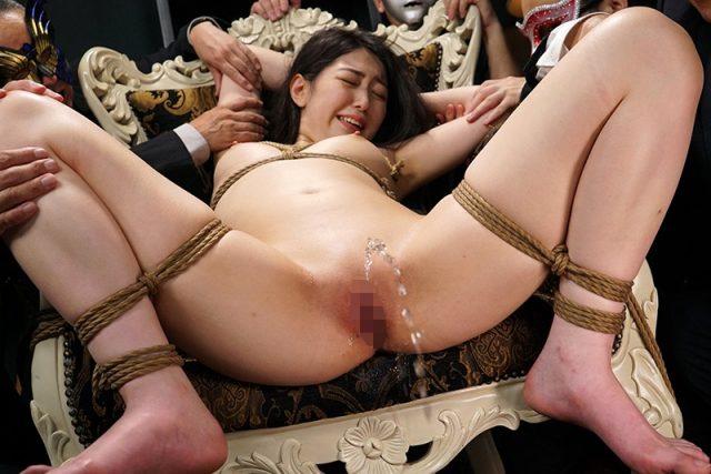 香坂のあ 監禁拘束された女子アナが激しいマンコ責めに失禁しちゃう動画