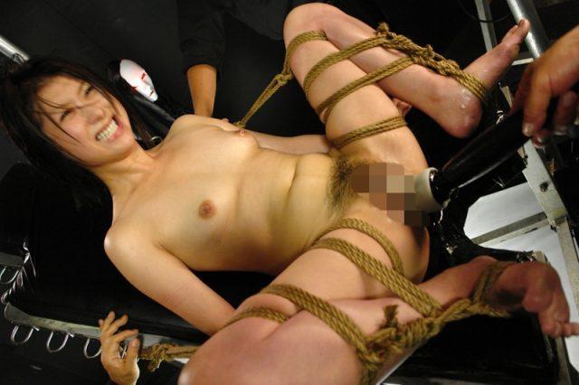 気の強い女が発狂するまでマンコをマシンバイブで嬲られる画像
