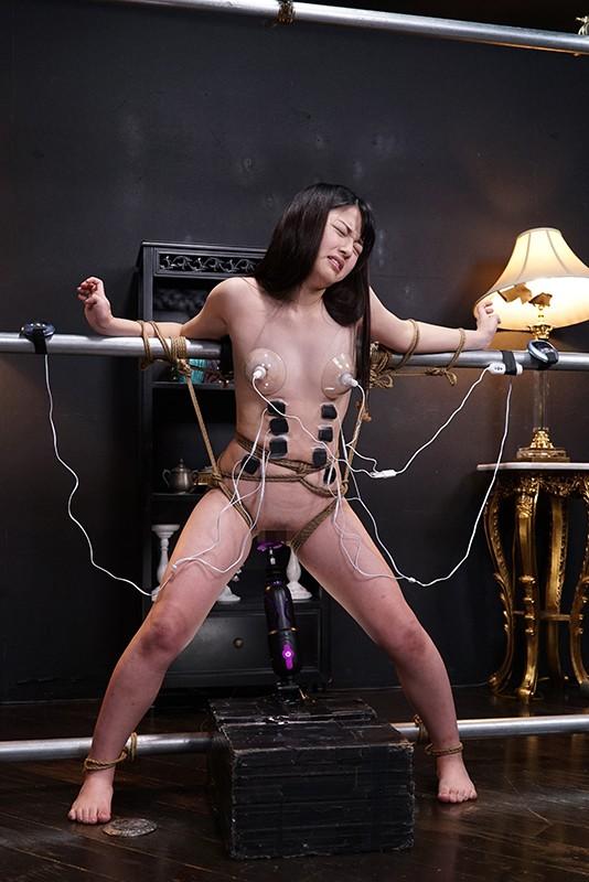 立ったまま両手両足を拘束された美女が電流バイブ責めでイカされる動画