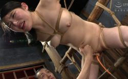 塩見彩 完全拘束された美少女が浣腸されてウン汁大噴射しちゃう動画 画像