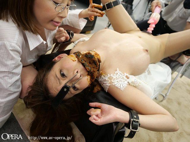 朝桐光 糞豚女が自分の出したウンコを無理矢理食わされる動画