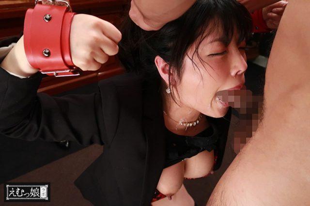 清楚な美人秘書がギロチン拘束されて喉奥をイラマチオで口内レイプされる動画