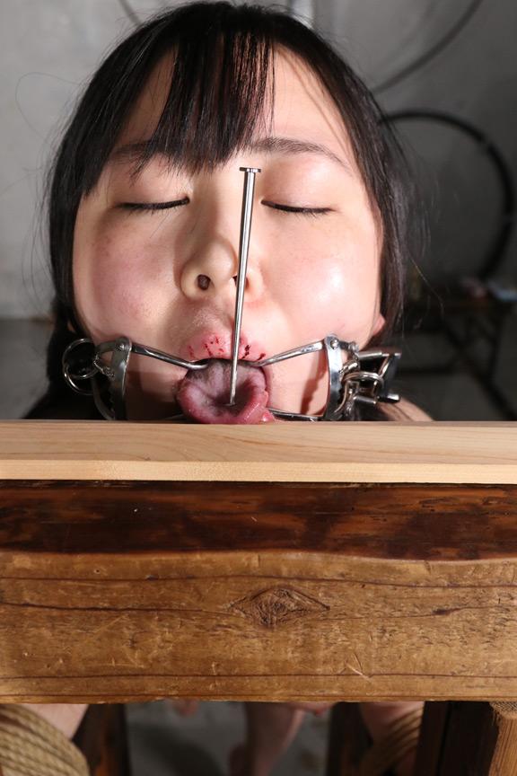 日菜 美少女が舌を釘で打ち抜かれて拘束される拷問動画