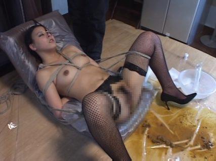 坂本麻耶 無様な豚鼻にされた婦警が浣腸されて糞汁を大量に撒き散らす動画 画像