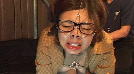 鼻フックで豚鼻にされた美女がアナル虐待されて糞を大量に撒き散らす動画 画像